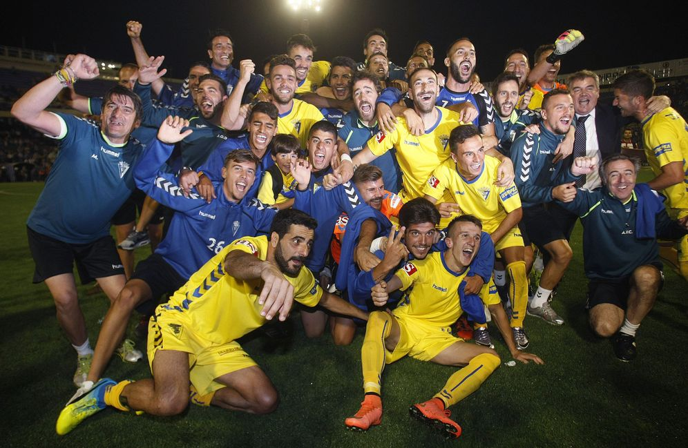 Foto: Los jugadores del Cádiz celebran el ascenso a Segunda en el Rico Pérez. (EFE)