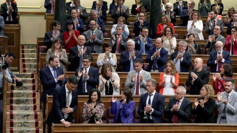 El líder del PSOE, Pedro Sánchez, recibe el aplauso de su grupo parlamentario. (EFE)
