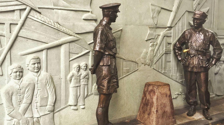 Esculturas de la guardia británica y china junto a un mojón que separa ambos territorios. (J. Ibáñez)