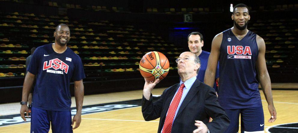 Foto: Ibon Areso, alcalde de Bilbao, lanza un tiro libre en presencia de varios jugadores y del entrenedor de la selección de EEUU.