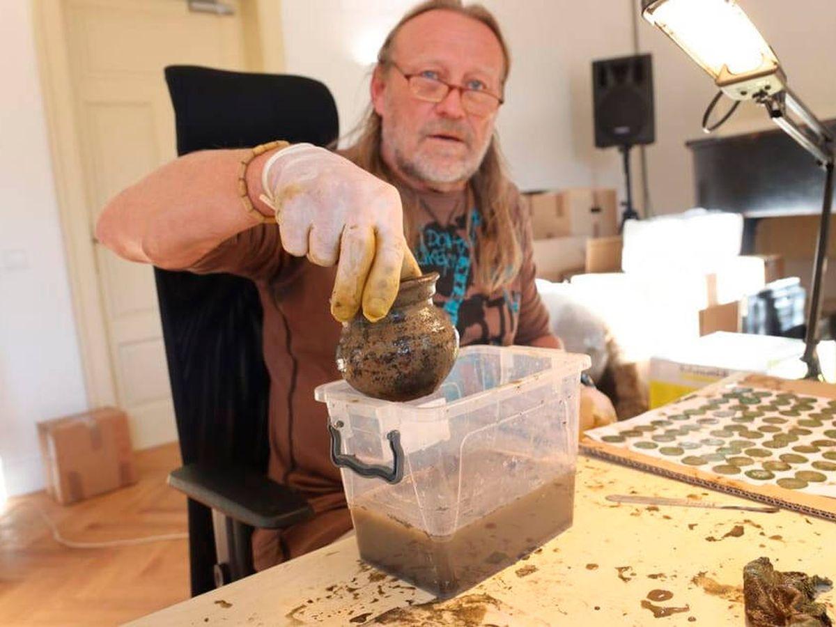 Foto: Las monedas se limpiarán una a una antes de ser expuestas (Museo de la Región de la Valaquia Morava)