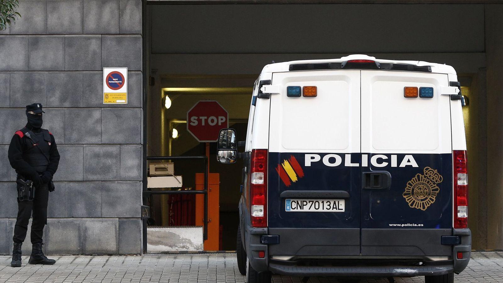 Foto: El furgón que traslada a los cinco acusados accede este miércoles a dependencias judiciales. (EFE)