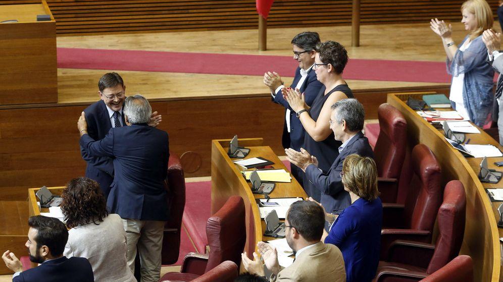 Foto: El candidato a la presidencia de la Generalitat, Ximo Puig (i), es aplaudido por sus compañeros en la bancada socialista. (EFE)