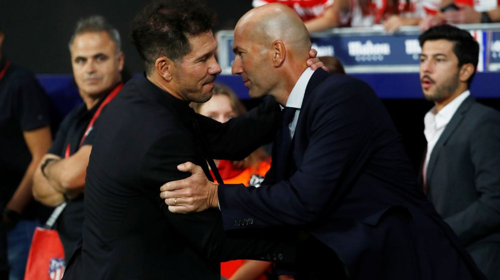 Foto: Simeone y Zidane se dan la mano antes del encuentro entre el Atlético y el Madrid en la Liga. (Reuters)