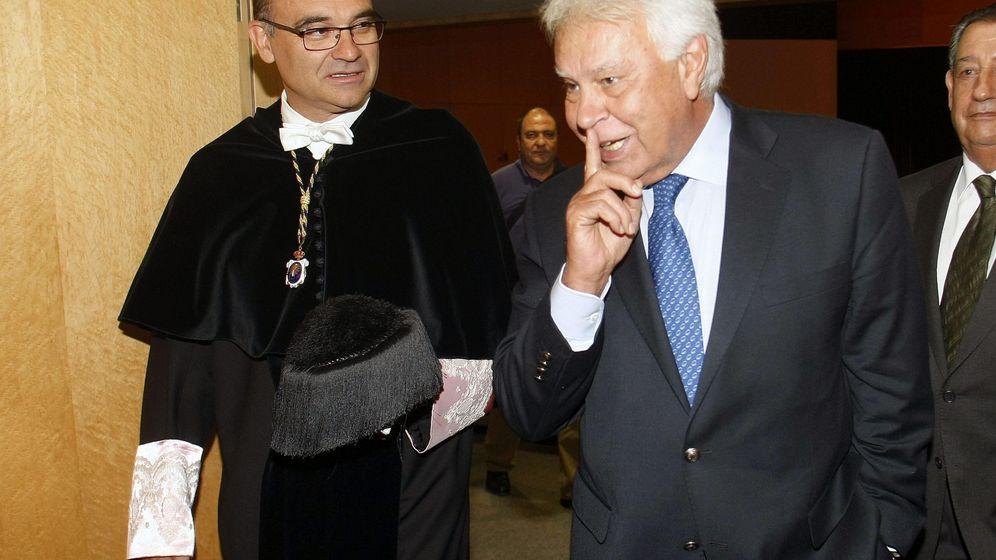 Foto: El expresidente del Gobierno socialista Felipe González y el Rector de la UA, Manuel Palomar. (EFE)