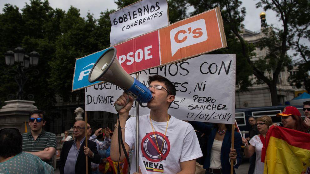 Ambiente festivo en las calles de Madrid: la investidura de Manuela Carmena, en imágenes