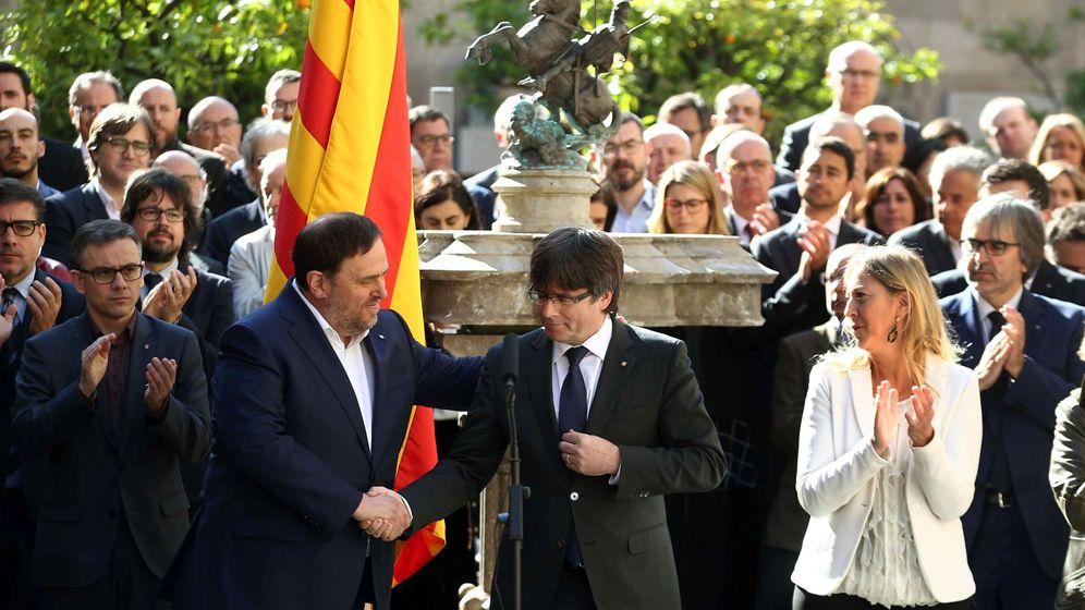 Foto: Carles Puigdemont junto a Oriol Junqueras, en un acto organizado para solemnizar y escenificar el compromiso del gobierno catalán con el referéndum. (EFE)