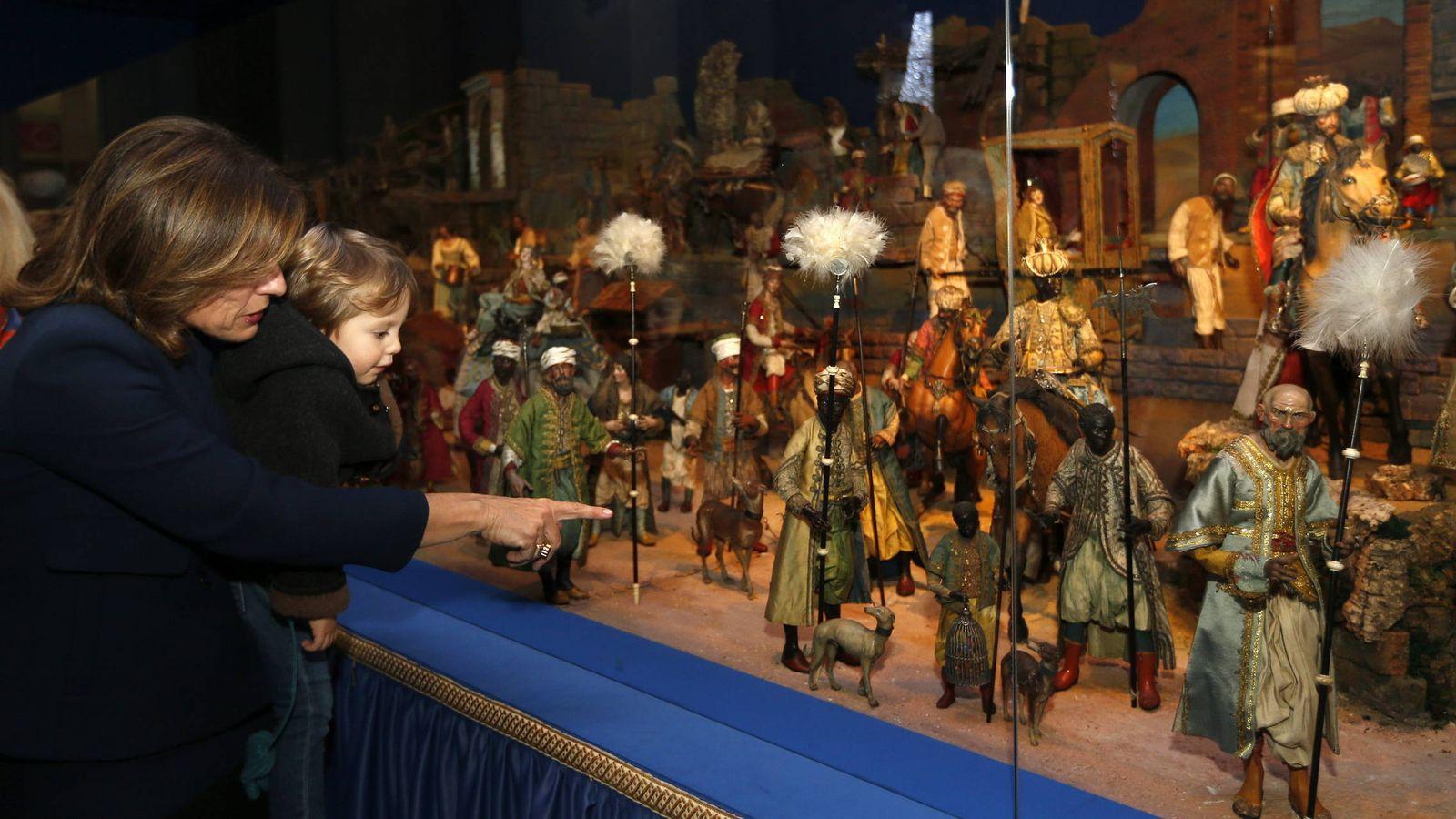 Foto: Fotografía de 2012 que muestra a la alcaldesa de entonces, la 'popular' Ana Botella, en el belén del Ayuntamiento. (EFE)