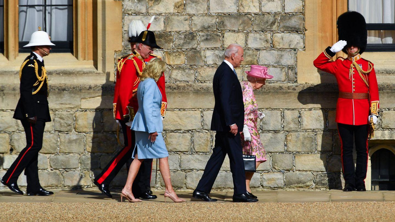 Joe y Jill Biden caminando junto a Isabel II en el castillo de Windsor. (Reuters)