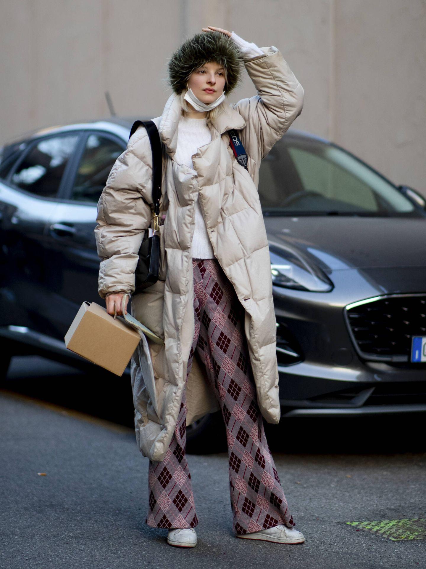 Los abrigos acolchados se imponen en el street style. (Imaxtree)