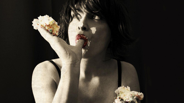 Foto: Olvídate de los atracones a deshoras y sin límites. Tu adicción a las comidas grasas tiene solución, empezando por calmar el hambre con otros. (iStock)