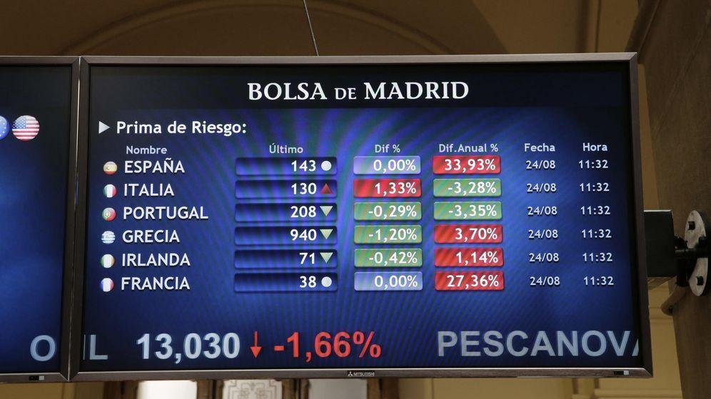Foto: Monitor con datos en la Bolsa de Madrid. (EFE)