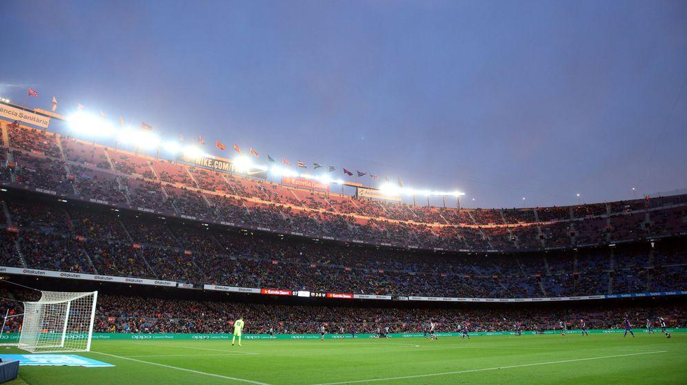 Foto: Las gradas semivacías en el último partido en el Camp Nou. (Reuters)