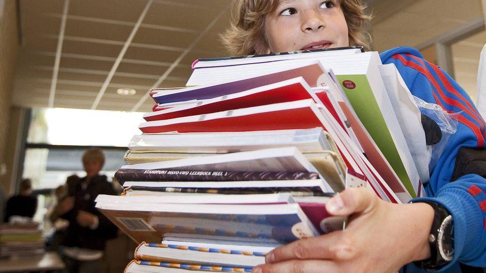 Foto: Un alumno carga con un montón de libros en la 'vuelta al cole'. (EFE)