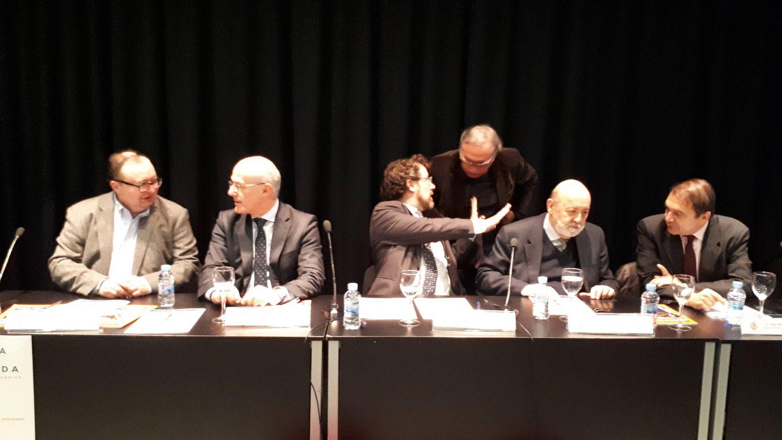 Foto: Narciso Michavila, segundo por la izquierda, y José Félix Tezanos, segundo por la derecha, en el debate. (R. M.)
