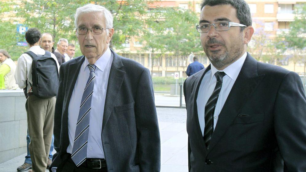 Foto: El extesorero de CDC Daniel Osácar, acompañado por el coordinador de régimen interno y comunicación de CDC, Francesc Sánchez. (EFE)