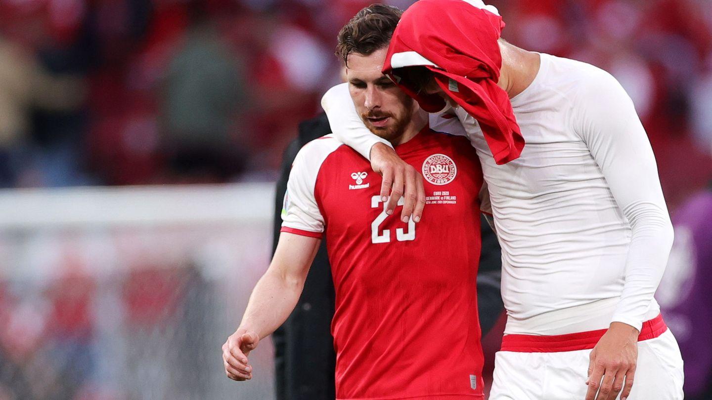 Vestergaard y Højbjerg (que falló un penalti) se retiran del campo.(REUTERS)