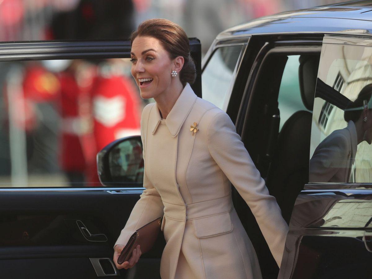 Foto: Kate Middleton con un broche de la guardia irlandesa. (REUTERS)