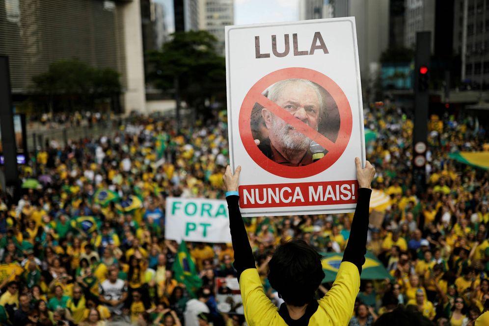 Foto: Seguidores del candidato Jair Bolsonaro se manifiestan contra el PT en Río de Janeiro. (Reuters)