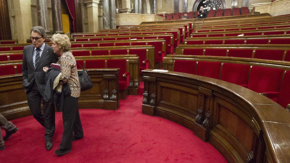 Foto: El presidente de la Generalitat en funciones, Artur Mas (i), y la diputada de Junts pel Sí Magda Casamitjana abandonan el Parlament. (EFE)