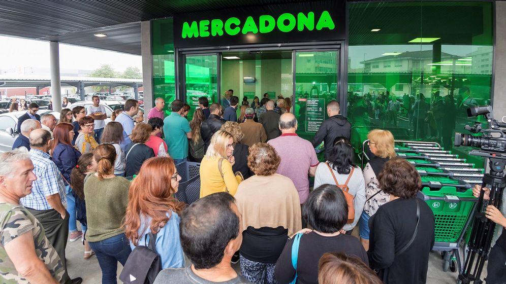 Foto: El pánico social hace que miles de personas hagan acopio de productos en los supermercados. (EFE)
