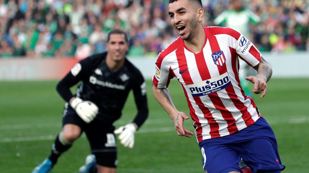 Foto: Correa celebra el primer tanto del partido ante la atenta mirada de Joel Robles. (EFE)
