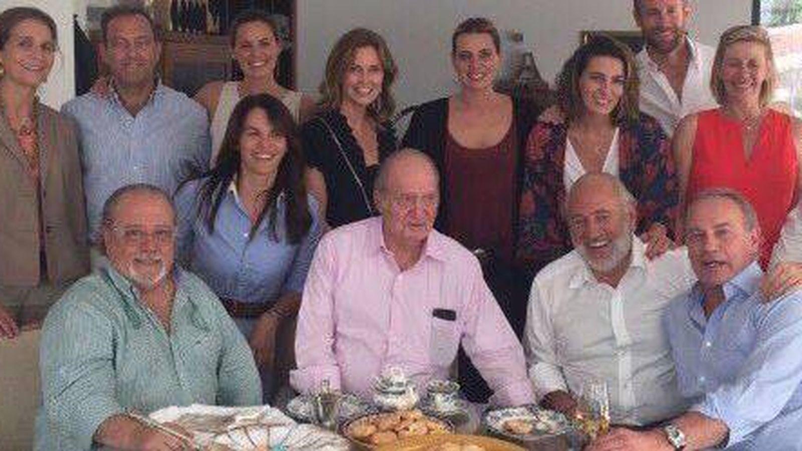 Foto: Arévalo y Bertín junto a la infanta Elena y don Juan Carlos. (Twitter)