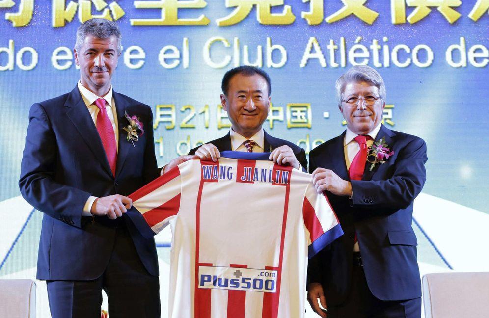 Foto: Wang Jianlin, persidente de Dalian Wanda Group, junto a Gil Marín y Enrique Cerezo. (Reuters)