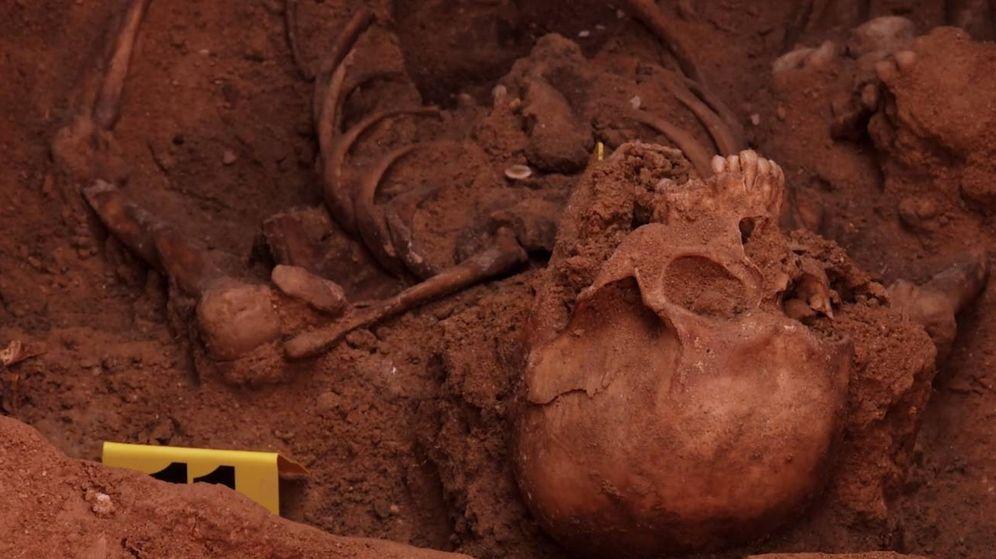 Foto: Una imagen de restos humanos de una fosa común en el documental 'El silencio de otros'. (BTeam)