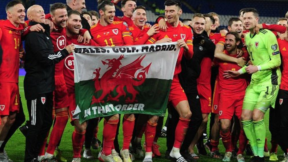 Foto: Bale celebra la clasificación para la Eurocopa con una bandera que dice 'Gales, golf, Madrid'