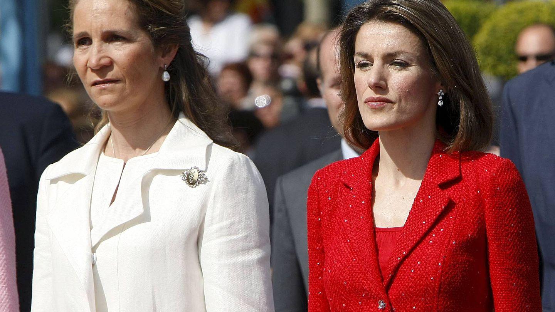 La princesa Letizia y la infanta Elena durante un acto social en Madrid, en 2008. (EFE)