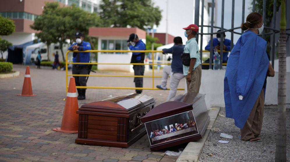Foto: Personas esperan junto a varios ataúdes fuera de un hospital en Guayaquil, Ecuador. (Reuters)