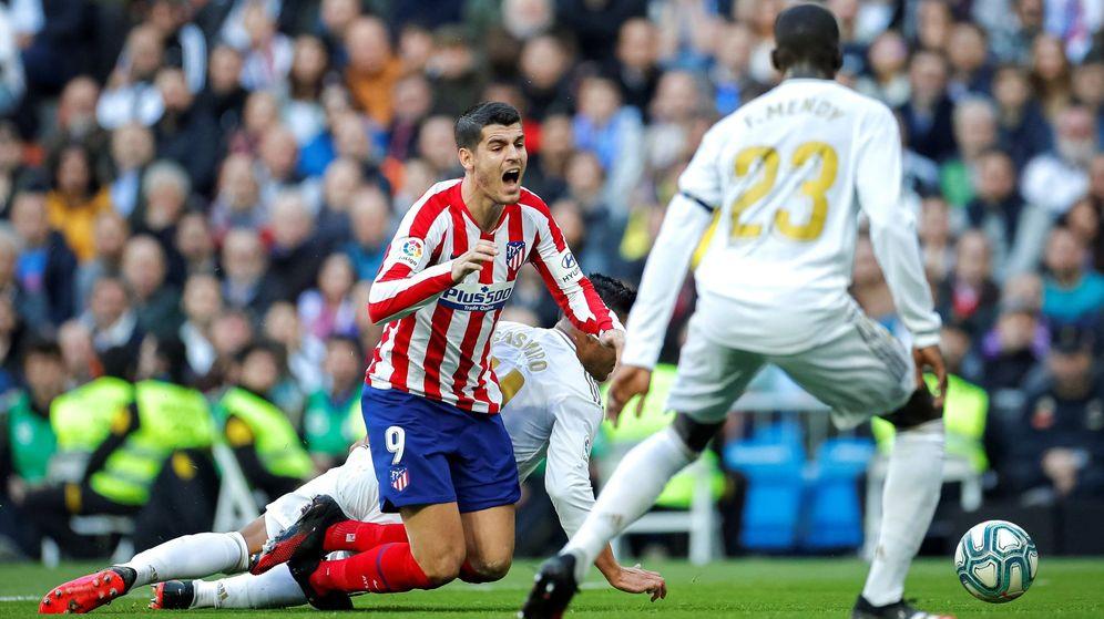 Foto: Álvaro Morata y Casemiro en la acción de la polémica en el derbi disputado en el Bernabéu. (EFE)