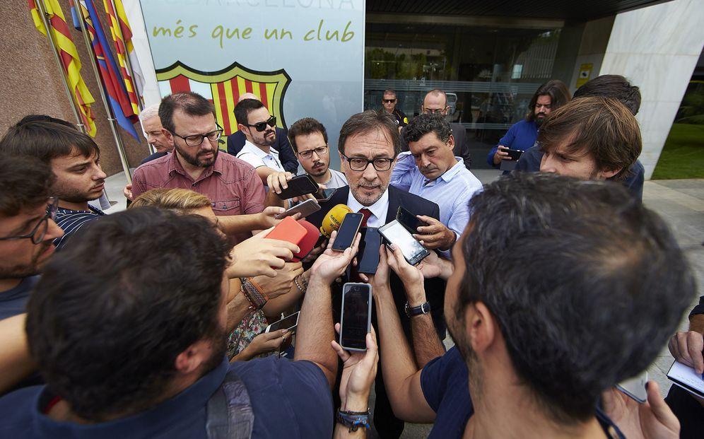 Foto: Agustí Benedito, en el Camp Nou rodeado de medios de comunicación. (EFE)