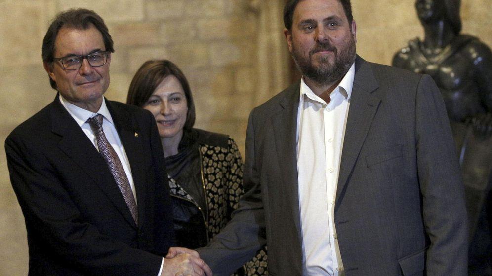 Foto: Artur Mas y Oriol Junqueras, en la firma del acuerdo para adelantar las elecciones al 27 de septiembre. (EFE)
