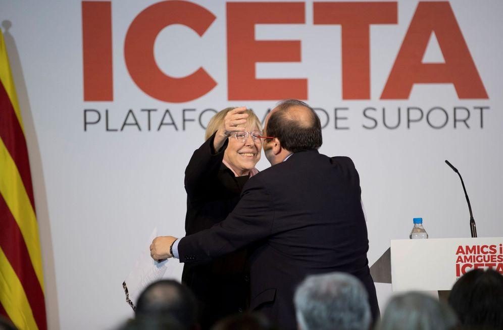 Foto: Miquel Iceta abraza a Rosa Maria Sardà en el acto de presentación de la plataforma de apoyo a su candidatura, este 26 de noviembre en Barcelona. (EFE)