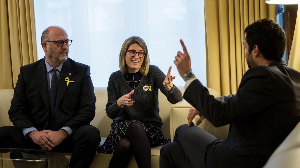 Foto: Los representantes de Junts per Catalunya Elsa Artadi (c) y Eduard Pujol (i) se reunieron el 19 de enero con el presidente del Parlament, Roger Torrent. (EFE)