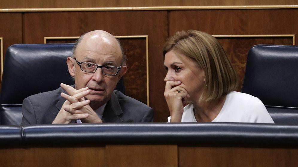 Foto: El ministro de Hacienda, Cristóbal Montoro, dialoga con la ministra de Defensa, María Dolores de Cospedal (Efe)