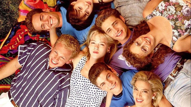 Shannen Doherty, junto al resto de protagonistas de 'Sensación de vivir'. (CBS)