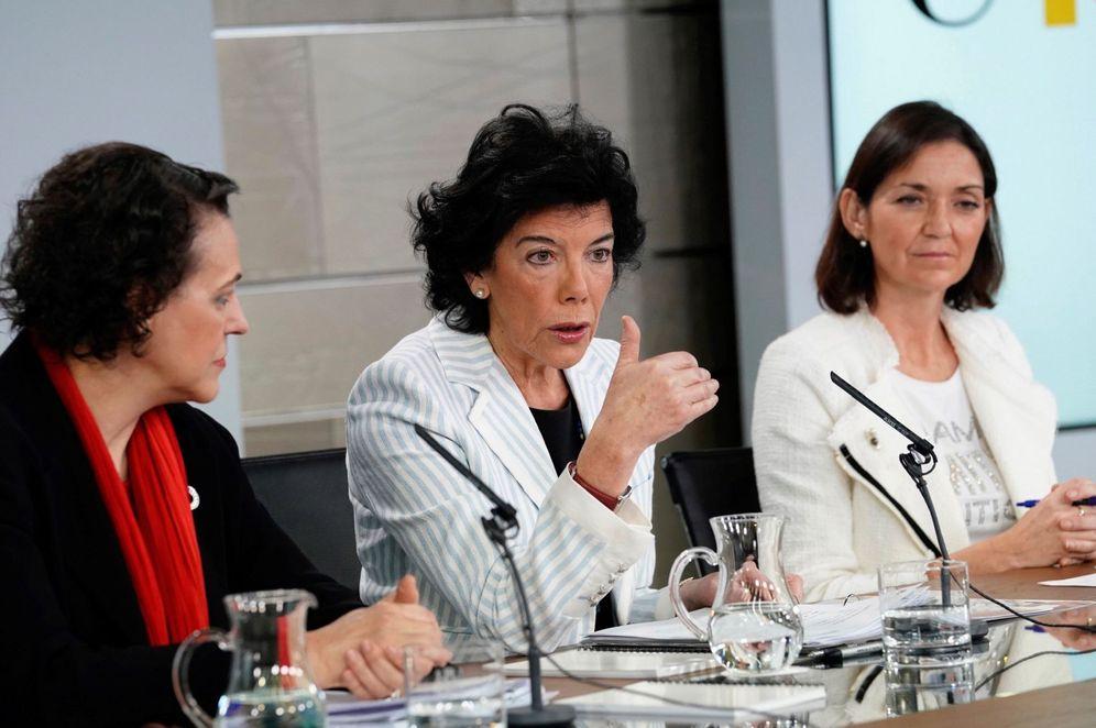Foto: La portavoz, Isabel Celaá, junto con las ministras de Trabajo e Industria, Magdalena Valerio y Reyes Maroto, este 7 de diciembre. (EFE)
