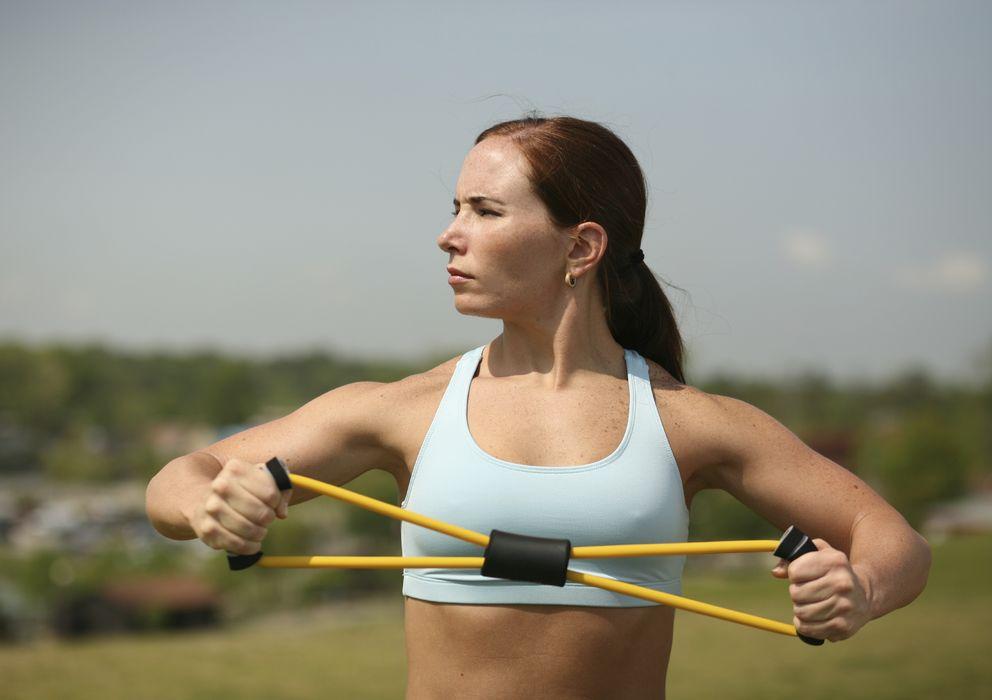 Foto: El plan de adelgazamiento incluye ejercicios con banda de resistencia elástica. (iStock)