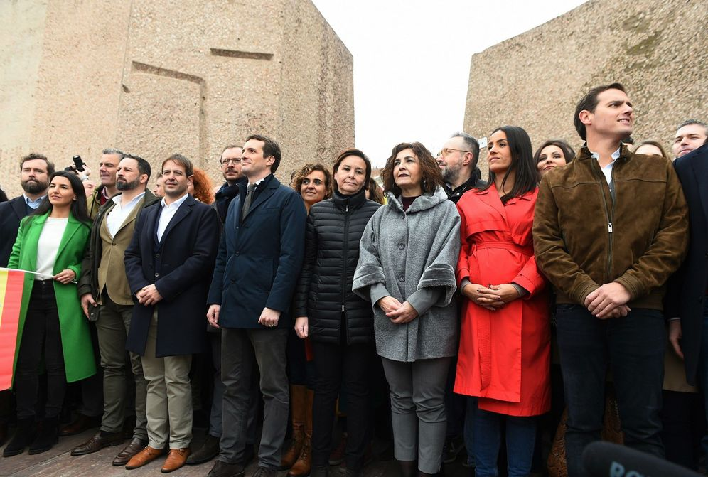Foto: Santiago Abascal, Pablo Casado y Albert Rivera, este 10 de febrero al término de la concentración en la plaza Colón. (EFE)