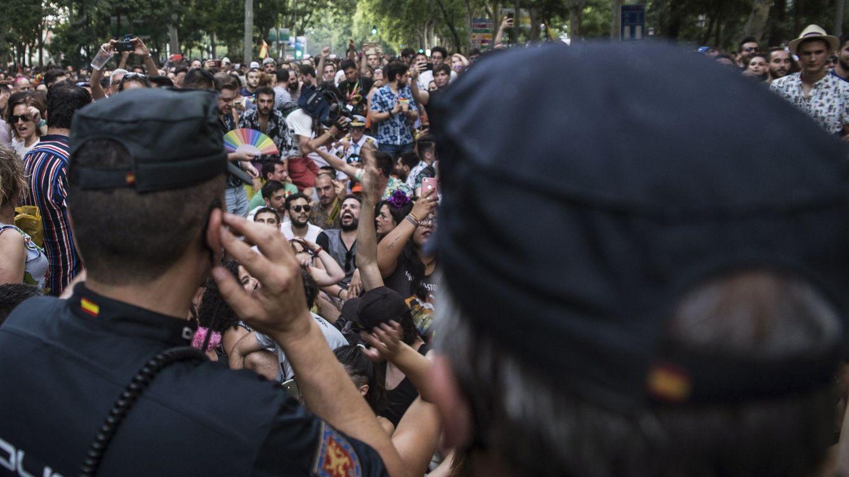 Foto: La Policía Nacional escolta a los representantes de Ciudadanos que participaban en la manifestación del Orgullo 2019. (EFE)