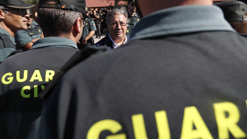 Foto: Zoido visitó en Girona a policías y guardias civiles desplegados por el 1-O el pasado 7 de octubre. (EFE)