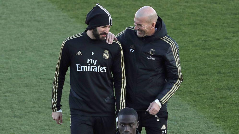 Foto: Karim Benzema, junto a Zidane, durante un entrenamiento del Real Madrid. (EFE)