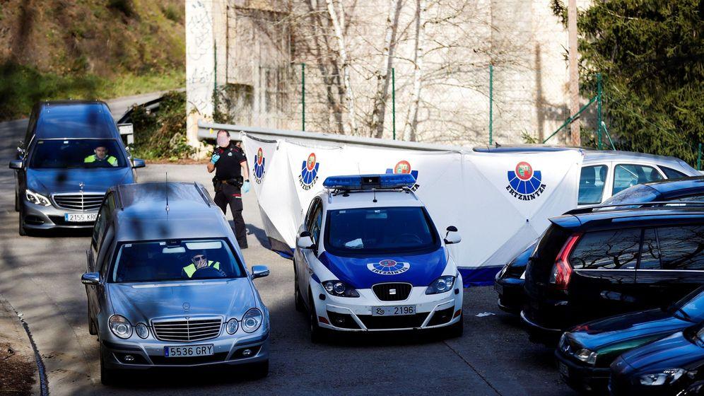 Foto: Hallan los cuerpos de dos jóvenes sin signos violentos en un coche en Arrasate. (EFE)