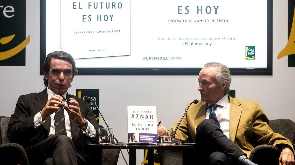 Foto: El expresidente del Gobierno José María Aznar (i) presenta en Barcelona su libro junto al exministro Josep Piqué. (EFE)