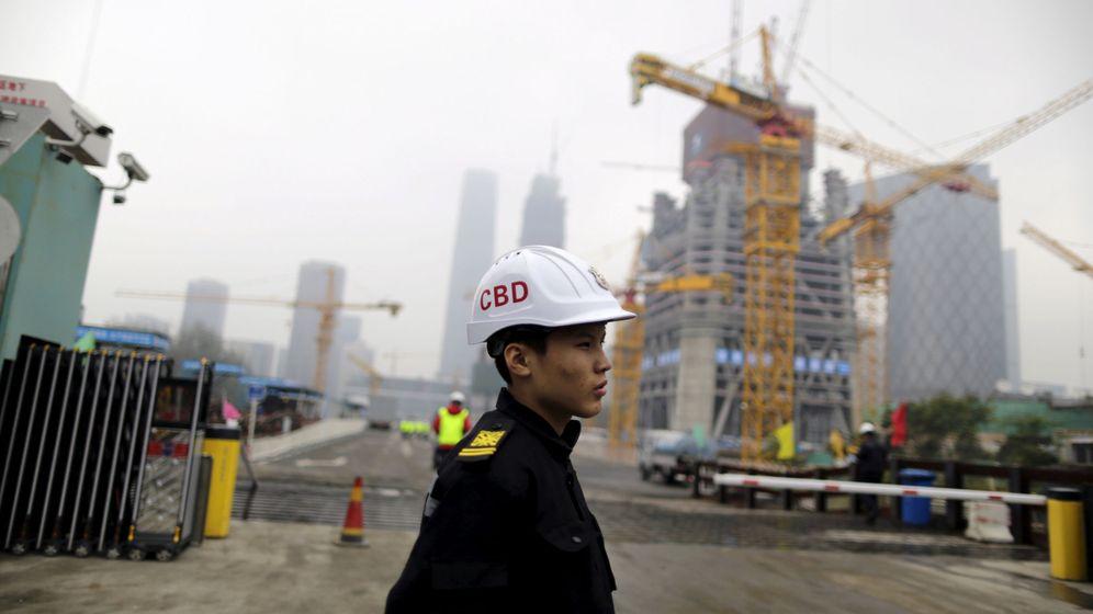 Foto: Personal de seguridad en una zona de construcción en Pekín (China). (Reuters)