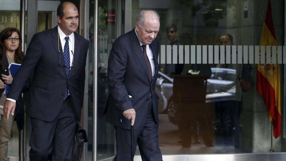 Foto: Carles Sumarroca Claverol y su padre Carles Sumarroca Coixet a la salida de la Audiencia Nacional en 2014. (EFE)