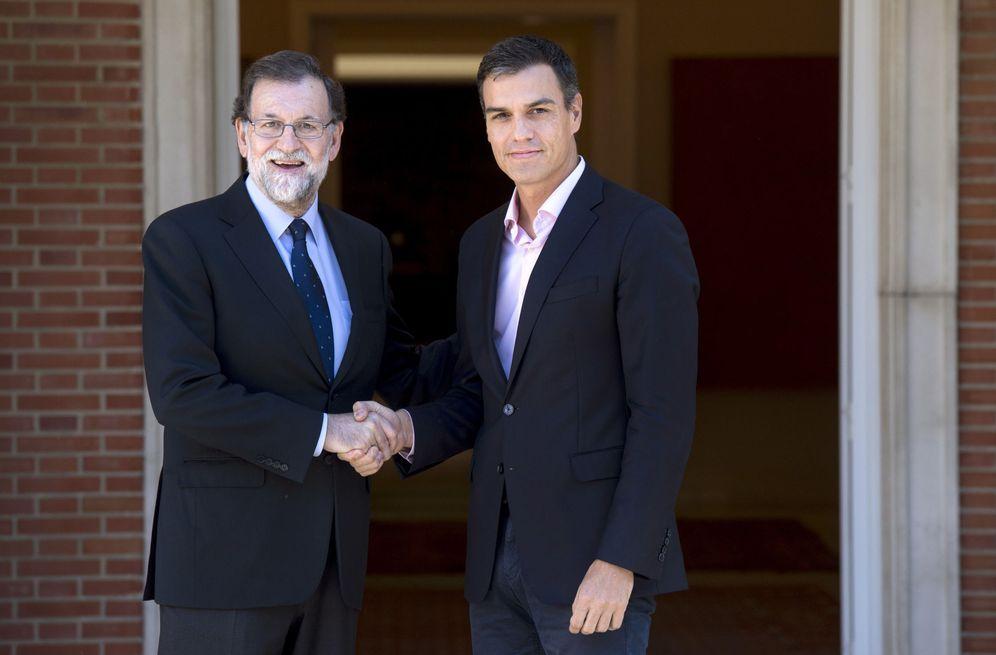 Foto: Mariano Rajoy y Pedro Sánchez, en las escalinatas de La Moncloa el pasado 2 de octubre. (EFE)